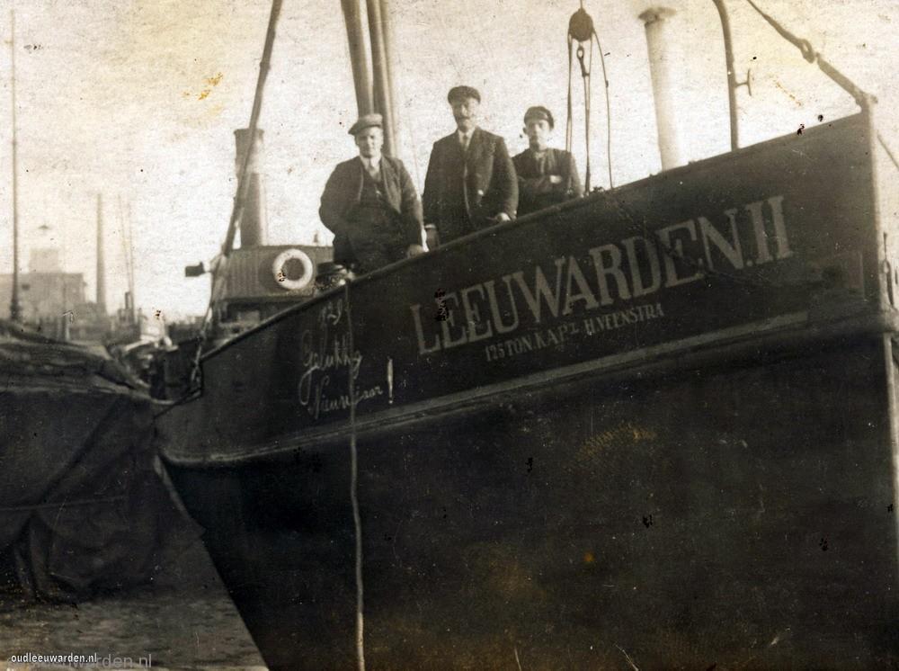 De Leeuwarden II ergens aan een kade.