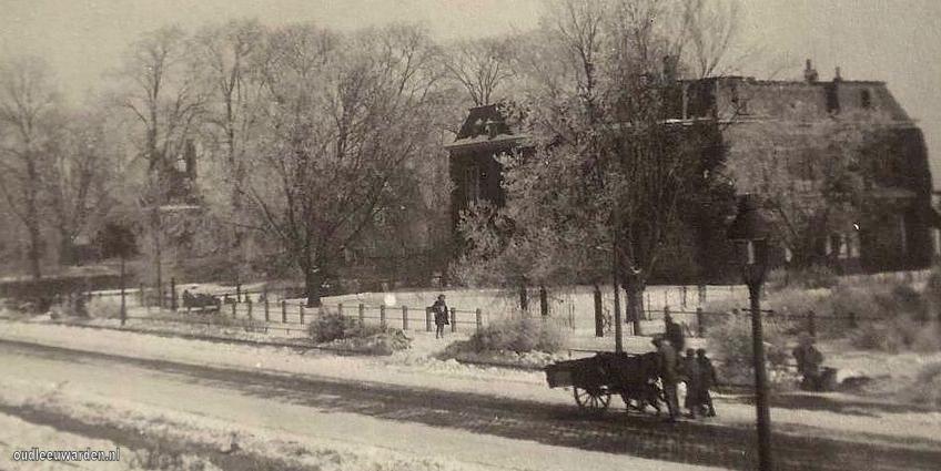 Verlengde-Schrans met hondenkar in de sneeuw voor Borniastate